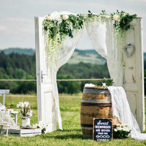 Svatební cedule, lesní slavobrány, stolky